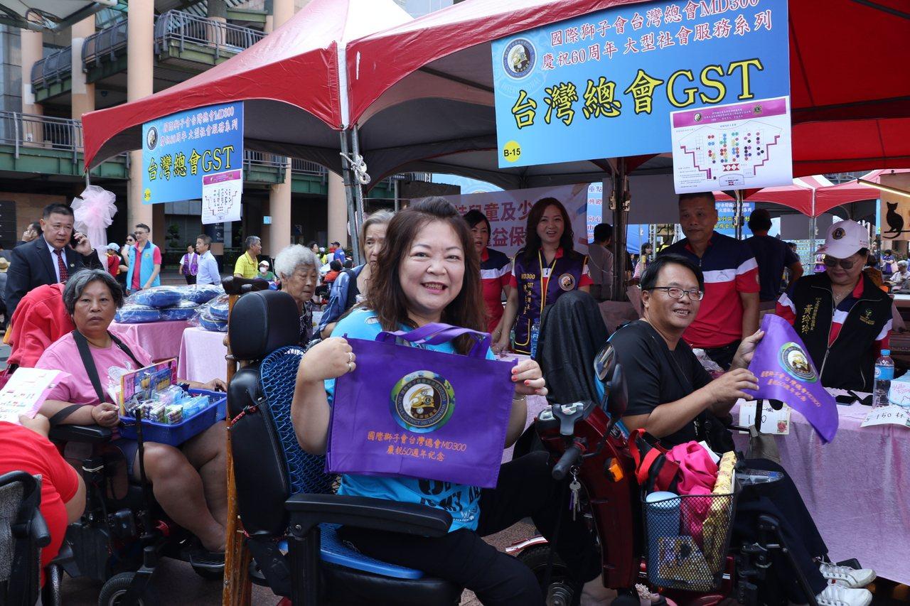 新北市身障者開心逛園遊會。記者施鴻基/攝影