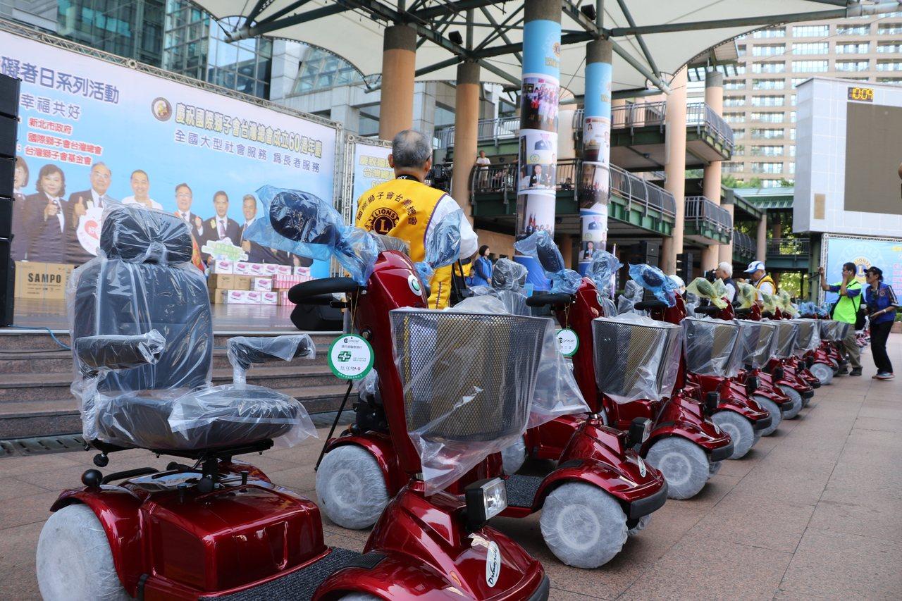 獅子會台灣總會捐贈300輛電動輪椅、代步車。記者施鴻基/攝影