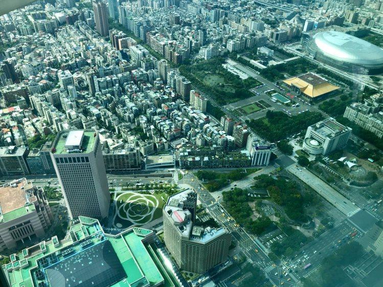 國際建築大師伊東豊雄全球首座廣場設計「世貿廣場」是牡丹花造型。記者江佩君/攝影