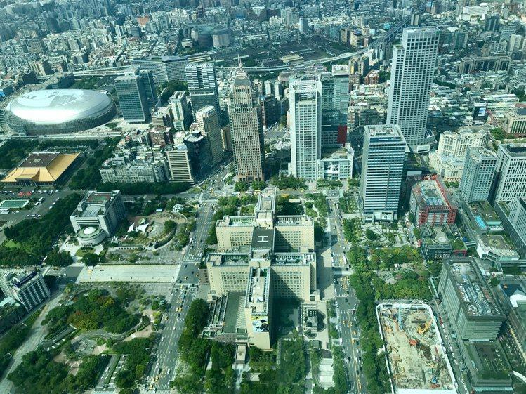 台北市政府的屋頂是雙十造型。記者江佩君/攝影
