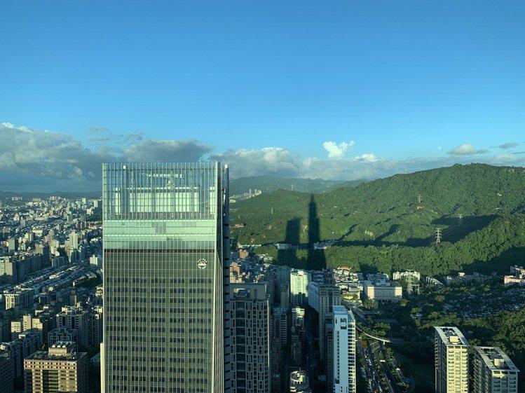 台北101大樓下午於象山的倒影。圖/台北101提供