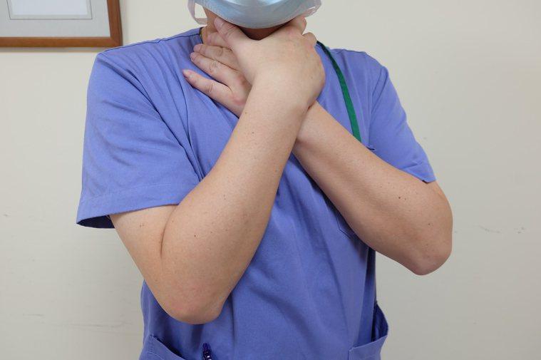 宜蘭縣羅東博愛醫院指出,若是發現周遭有人在進食過程中突然掐住脖子、呼吸困難,立刻...
