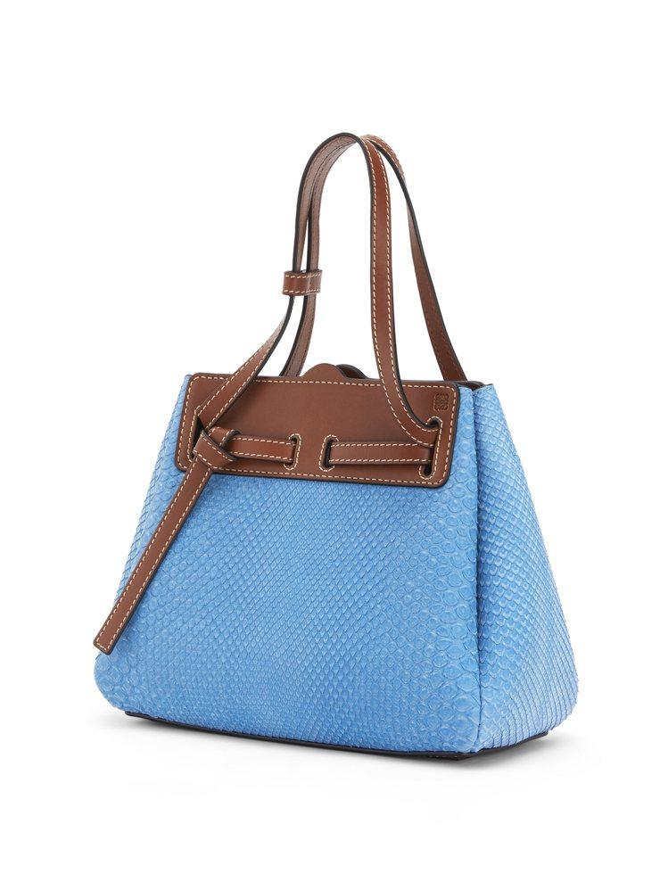 Lazo天空藍蛇皮拼接小牛皮迷你肩背提包,售價88,000元。圖/LOEWE提供