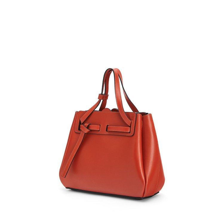 Lazo朱紅色小牛皮迷你肩背提包,售價69,000元。圖/LOEWE提供