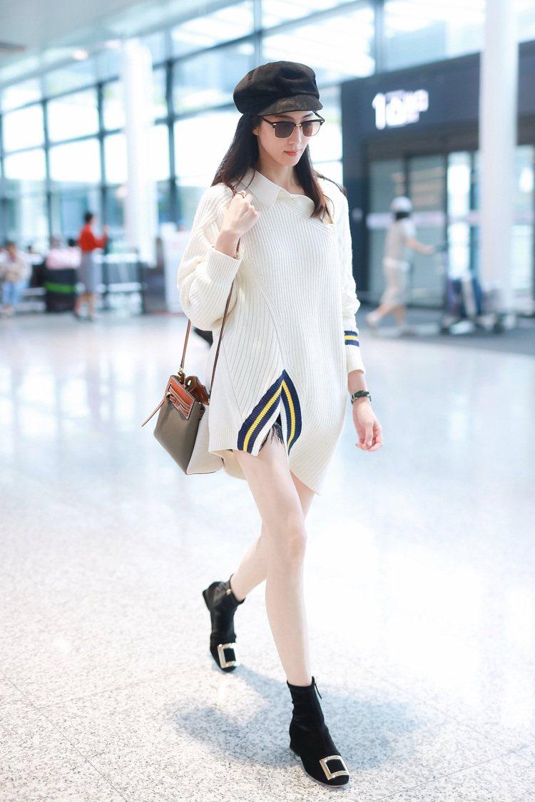 張鈞甯以Lazo卡其綠小牛皮拼接帆布肩背提包作為機場時尚造型。圖/LOEWE提供