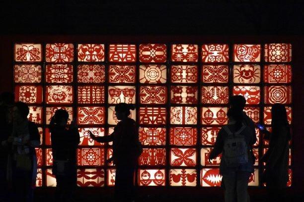 故事燈牆以紙箱組合成牆面,利用光源的遠近,就可創造出大小不同的影子與疊影,呈現出...