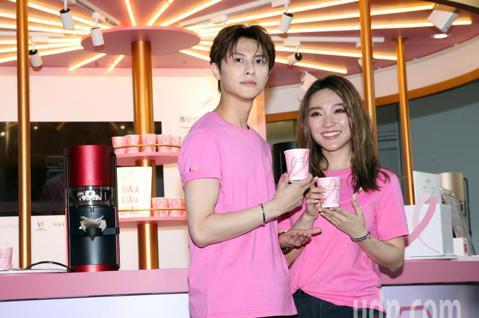 邱勝翊與閻奕格今天出席2019粉紅絲帶乳癌防治宣導公益咖啡屋公益店長活動,與粉絲互動做愛心。期盼用自身的影響力,為乳癌防治凝聚更多關注,一同打造沒有乳癌的世界!