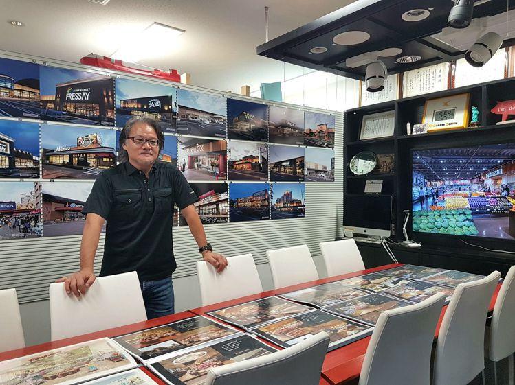 日本設計師西川隆在日本有「超市改造王」之稱,工作室牆面是他歷年來改造過的超市。記...