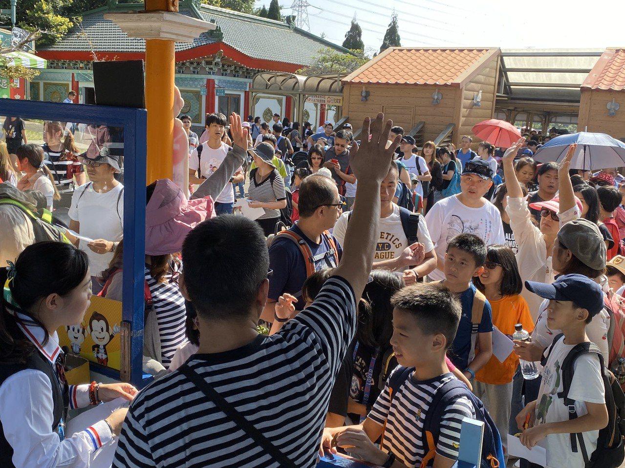 今天是國慶連假第2天,比起第一天六福村入園人數不減反增,第一天園方估計有近萬人入...