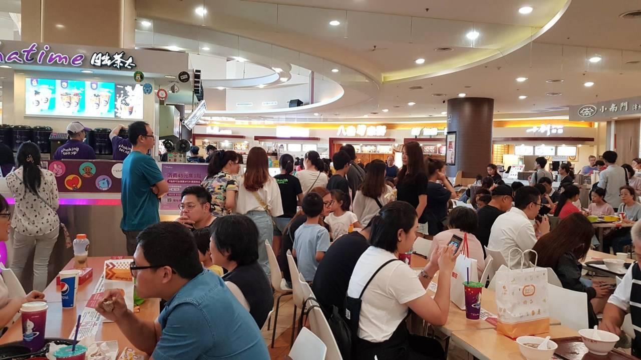 環球購物中心周年慶於國慶連假期間開跑,館內人潮滿滿。圖/環球購物中心提供