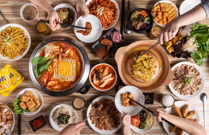 台北統一時代百貨10月底前,銅盤嚴選韓式烤肉2人同行即送「銅盤100元折價券」。圖/統一時代提供