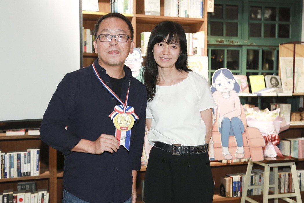 獲得金鐘最佳動畫片的「小兒子」舉行慶功,夢田文創執行長蘇麗媚(右)和導演史明輝一...