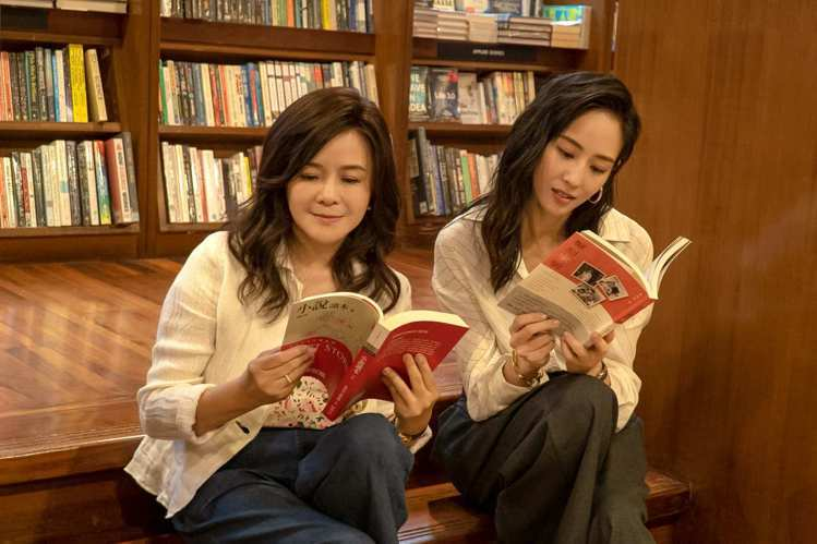 張鈞甯(右)與母親鄭如晴在誠品敦南店的閱讀階梯留影。圖/誠品提供