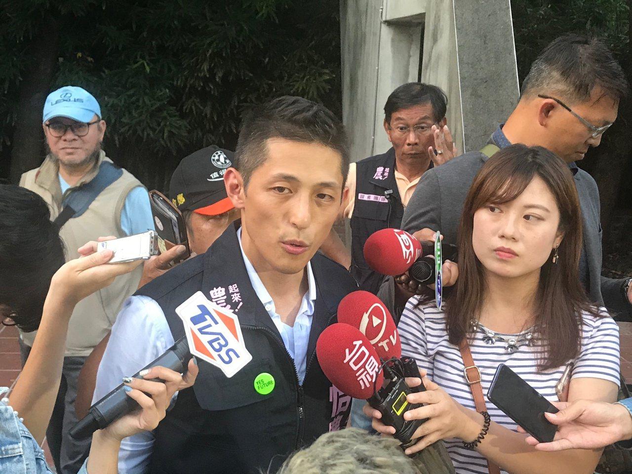 民進黨立委參選人吳怡農下午與總統蔡英文到民生社區拜票。記者楊正海/攝影