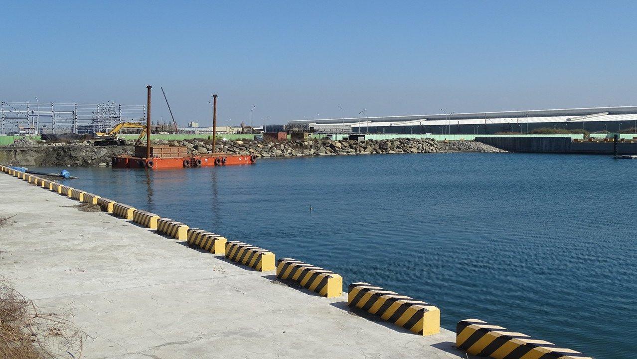 彰化漁港的東北角原規畫興建一條曳船道,因經費不足,至今沒下文,明年底開港,漁船將...