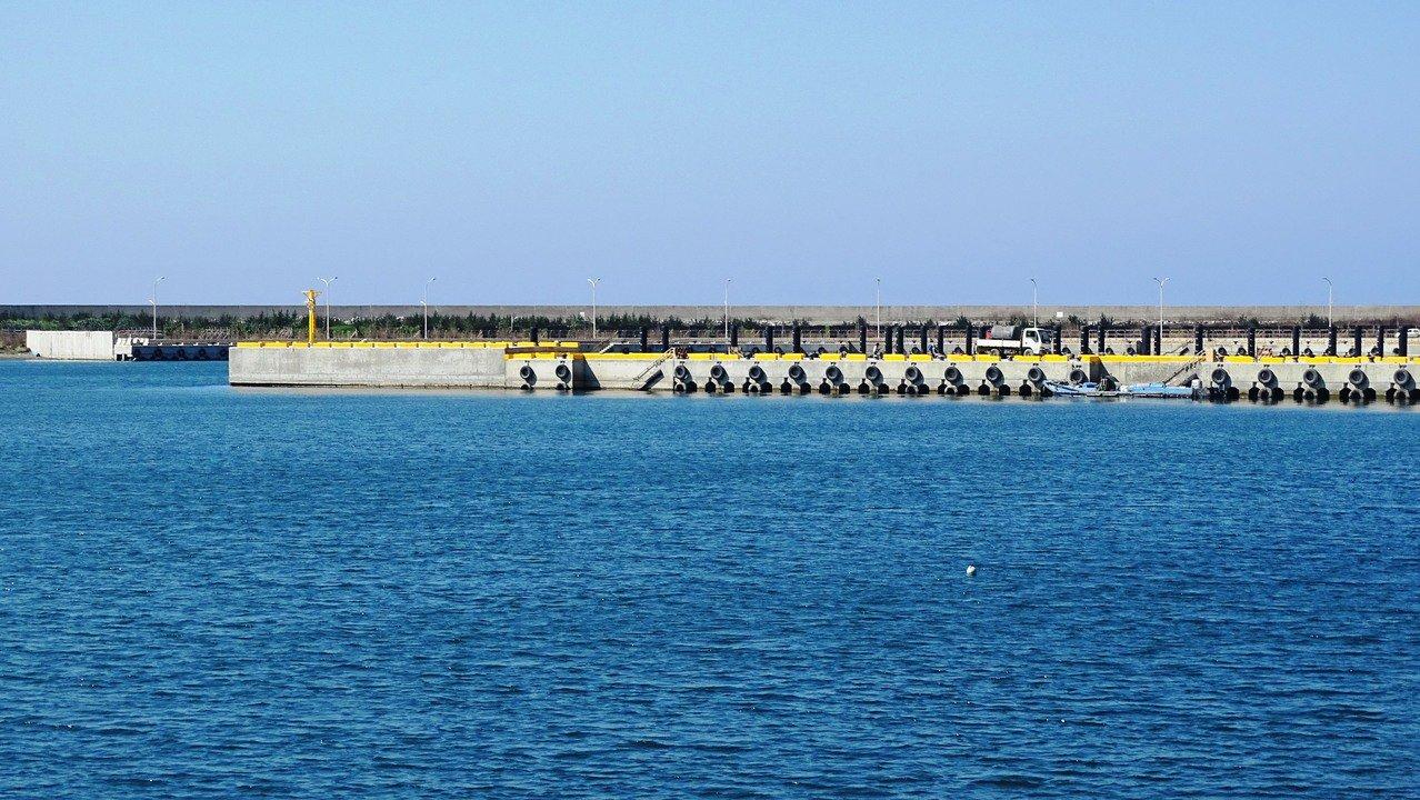 彰化漁港的2座浮動碼頭工程施工進度超前,已接近完工。記者何烱榮/攝影