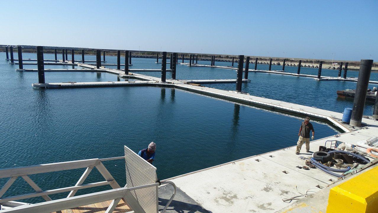 彰化漁港原規畫興建3座浮動碼頭,因經費不足,只做2座,目前接近完工。記者何烱榮/...