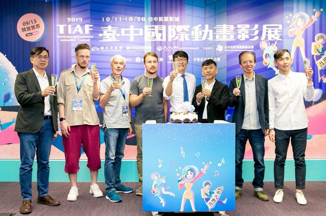 台中市影視發展基金會執行長林盈志(左起)、焦點導演麥斯海德勒、海蒙庫莫、開幕片「