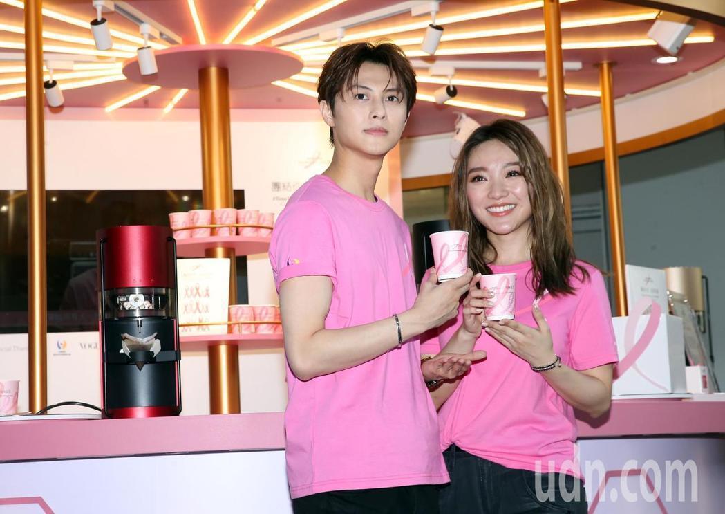 邱勝翊(左)與閻奕格(右)今天出席2019粉紅絲帶乳癌防治宣導公益咖啡屋公益店長