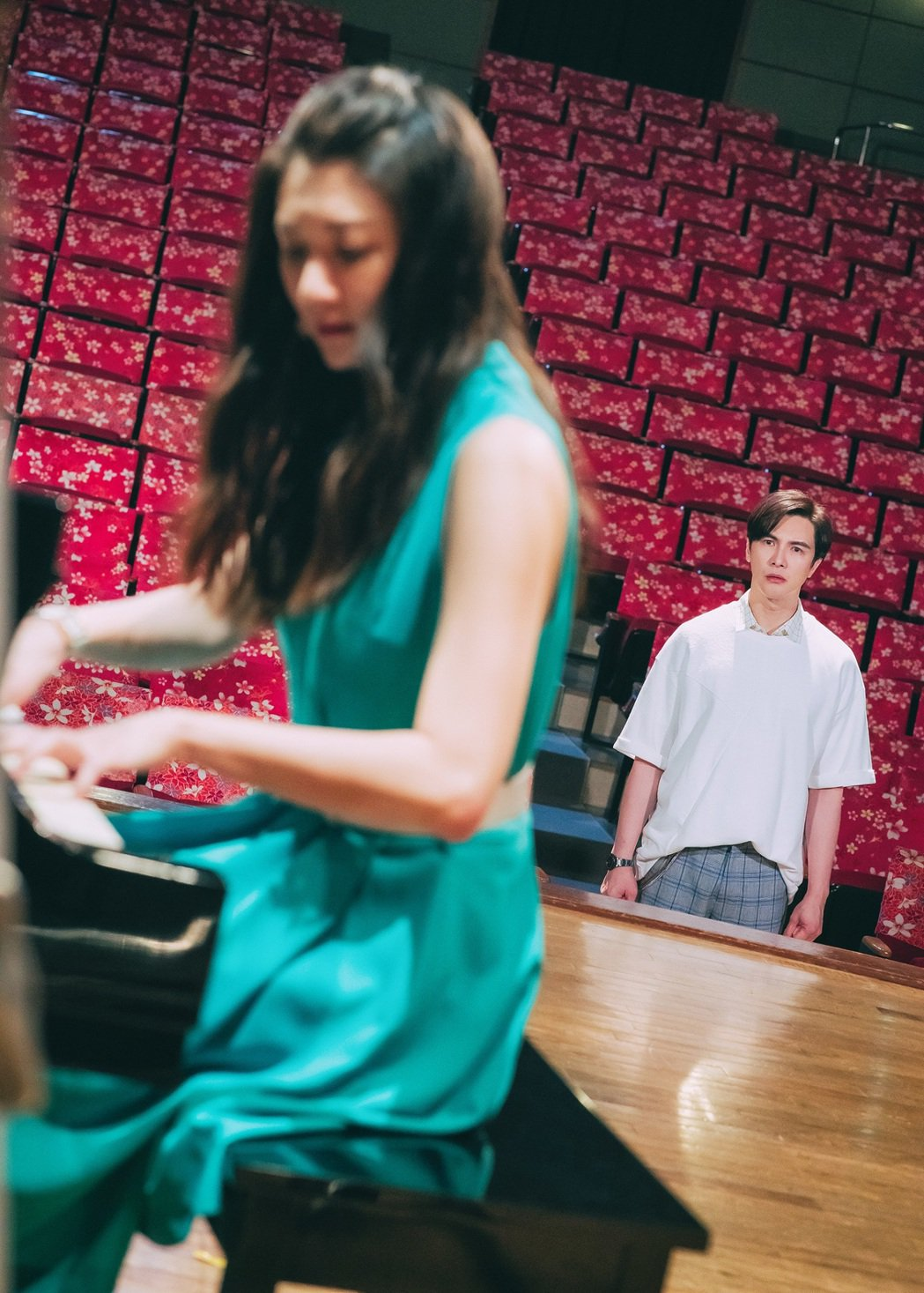 林逸欣(左)在戲中飾演謝佳見的前妻,因心有不甘而頻搞破壞。圖/東森提供