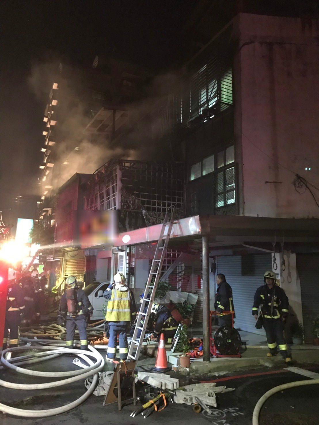 新北市板橋區一 香品店今天晚上發生火警,大火竄燒2、3樓全面燃燒,一名女子受困頂...