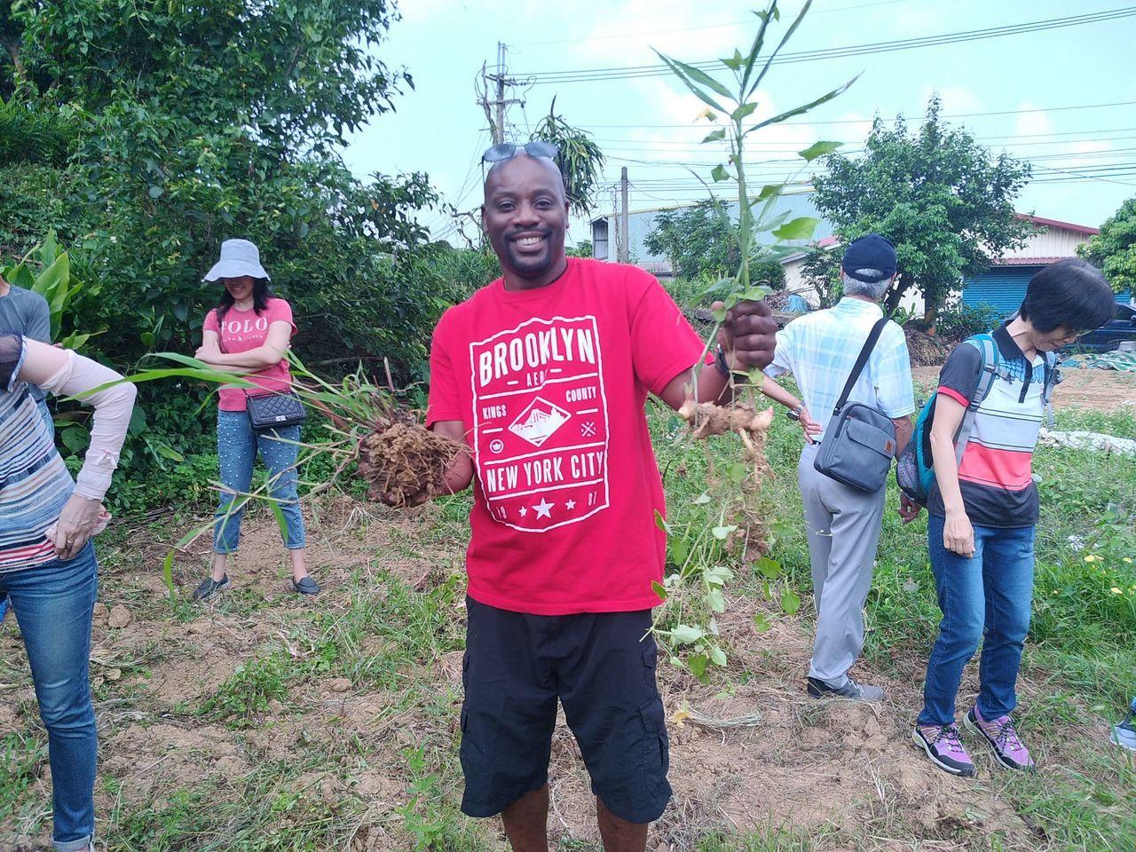 還有外籍旅客體驗挖薑的樂趣。圖/高雄市農業局提供