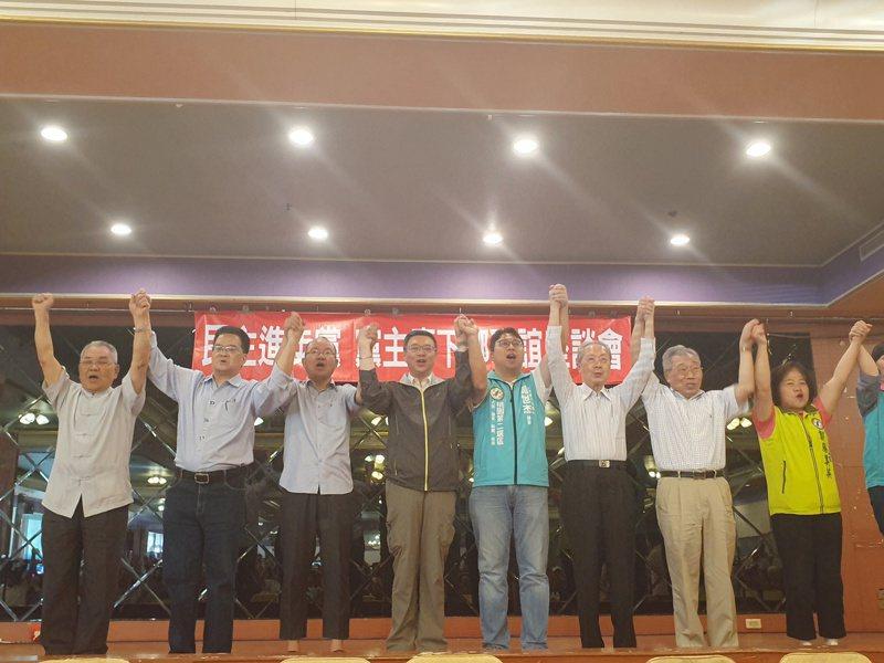 民進黨主席卓榮泰(左)到桃園替第二選區立委參選人黃世杰(右)輔選。記者陳夢茹/攝影