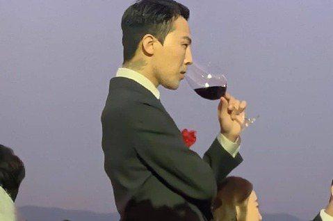 G-Dragon姊姊權多美今天在韓國出閣,與演員金敏俊步入禮堂。快退伍的GD請假現身,在婚禮中以家屬身份與會,被參加的賓客捕捉到帥氣身影,各國粉絲激動留言「看哭了」、「好想他」。GD預計本月26日退...