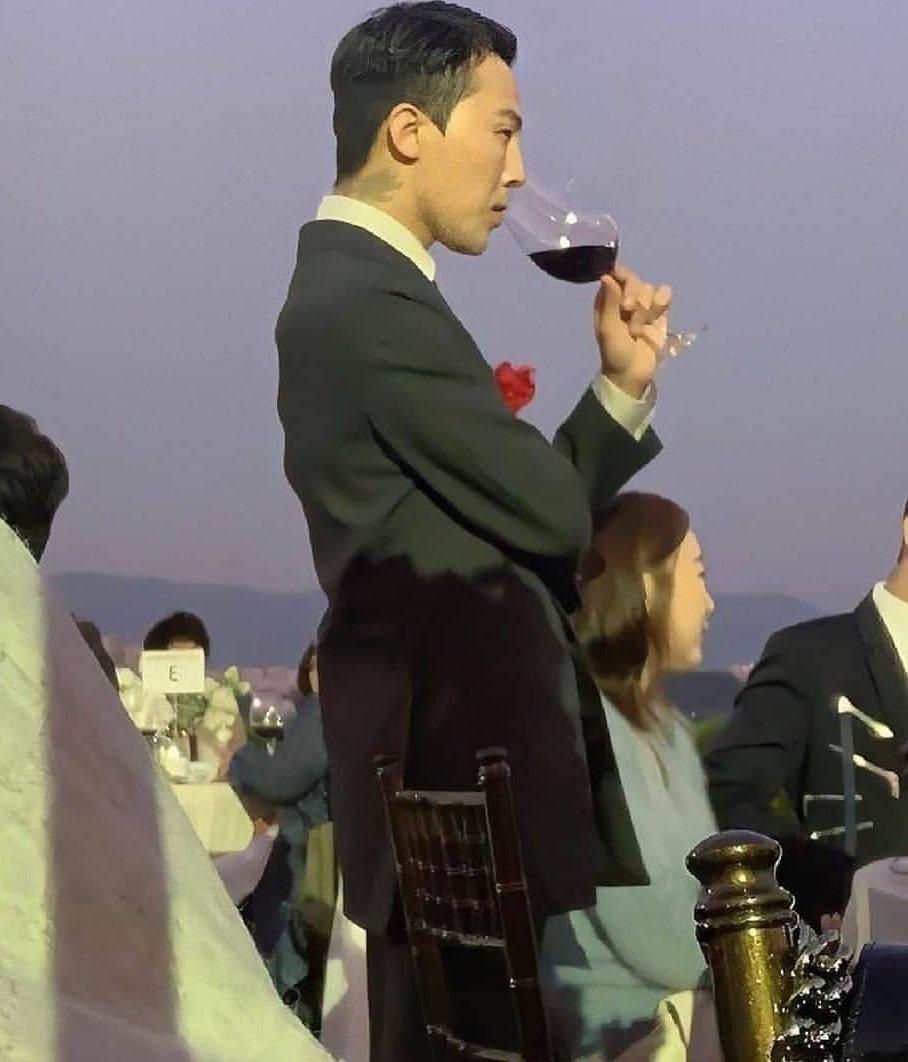 GD西裝筆挺喝著紅酒。圖/摘自IG(  ※ 提醒您:禁止酒駕 飲酒過量有礙健康