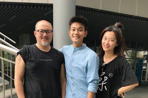 劉亮佐的16歲兒子「銓銓」劉子銓2年前拍攝公視「你的孩子不是你的孩子」一鳴驚人,金鐘獎上周剛落幕,他選在11日曝光傳達父愛的驚喜禮物,費時2年製作的紀錄片,是兒子14歲時第一次拍戲過程,內容道盡對孩...