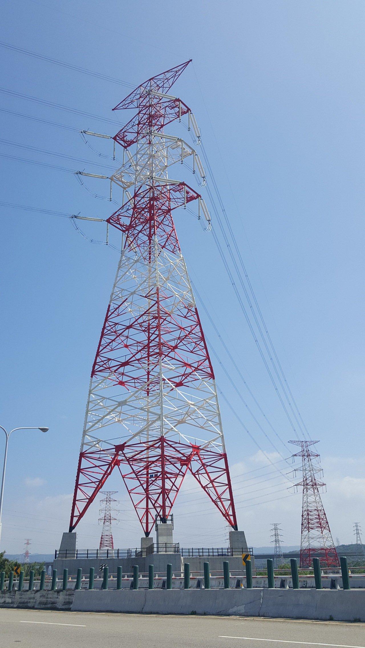 配合通霄電廠擴建更新,台電架設「通霄-義和34萬5000伏特」輸電線路工程,其中...