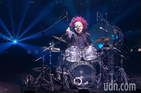 日本樂團世界末日「SEKAI NO OWARI」11日在台北國際會議中心開唱,他們舞台向來別出心裁,這次也沒讓觀眾失望,用112個傳統映像管面板拼成背景螢幕。而他們本來準備了384個,因應舞台大小調...