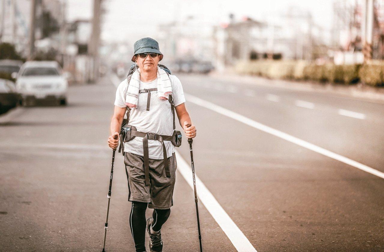 前年底,曾文誠開始了36天800公里的徒步環島旅行。 圖╱曾文誠提供