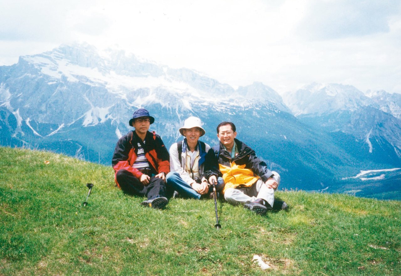 蕭長瑞(右)為阿爾卑斯山區的高山湖泊著迷,幾乎每隔一、兩年就要去一次。 圖╱蕭長...