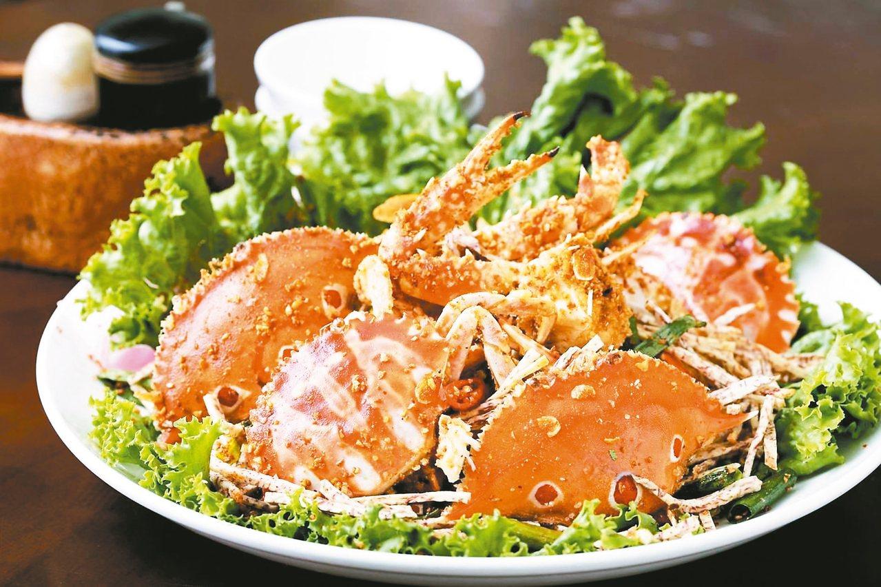 若要挑到好蟹,壓蟹肚子看是否扎實,而沒有空空的感覺,八成是肥美蟹。 圖/新北市農...