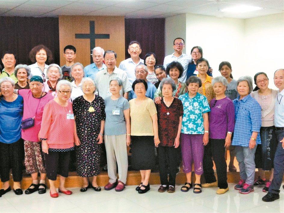 社區教會的萬年青聚會,安排免費接送服務,體貼老人家。 圖/譚暎芬提供