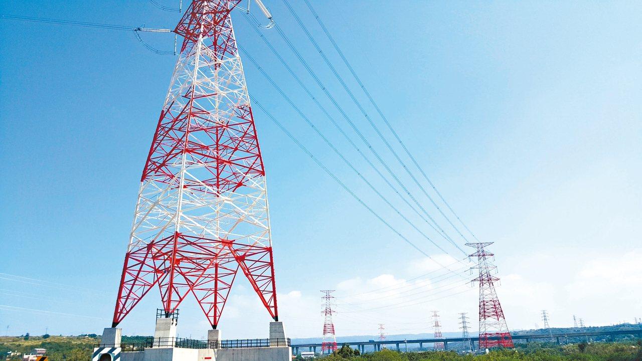 通霄多達34座高壓電塔,預計10月底完工,新設電塔都逾60公尺高,漆上紅白色。 ...
