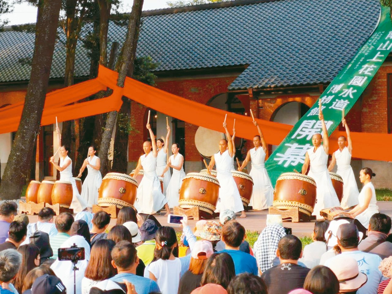 台南山上花園水道博物館開幕典禮,優人神鼓表演吸引爆滿遊客。 記者吳淑玲/攝影