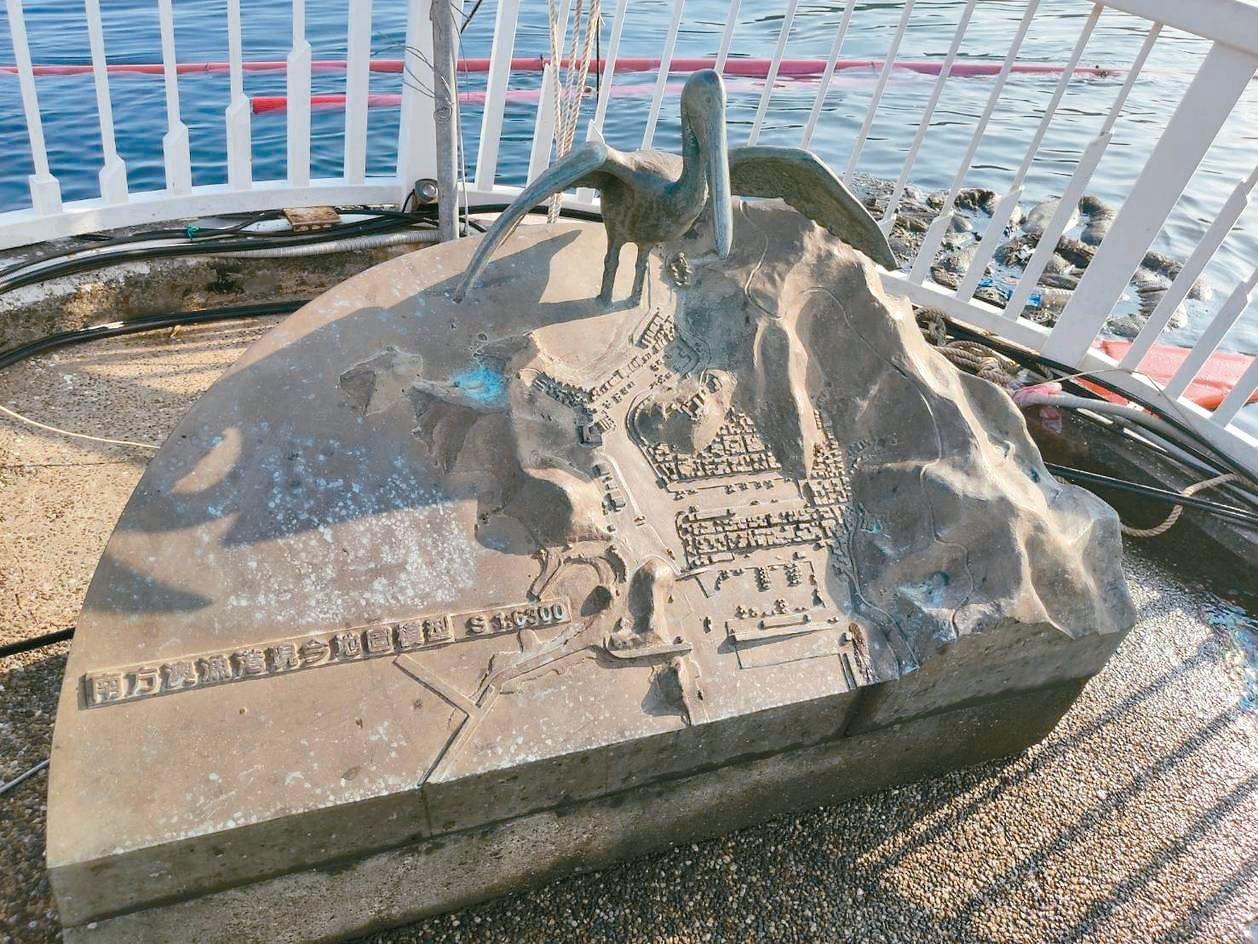 南方澳大橋上有4座青銅鑄造的南方澳古今開通變遷立體地圖,廖大慶指出,斷橋後這些藝...