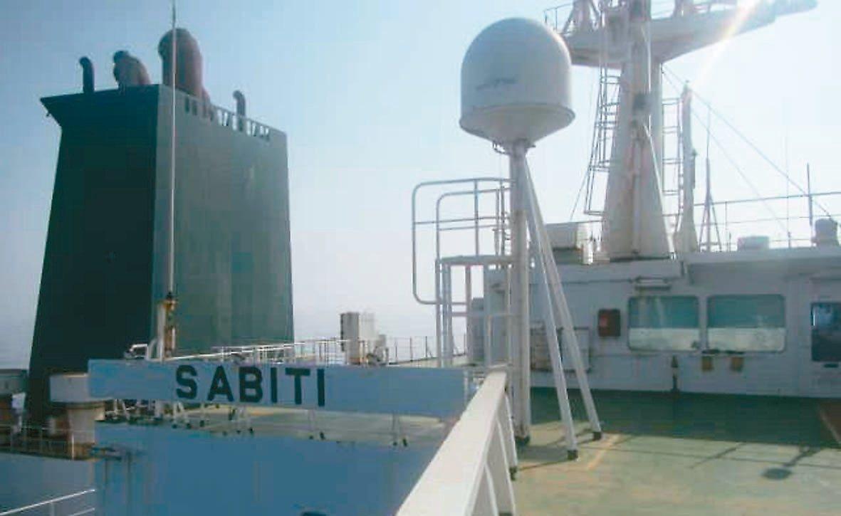圖為十一日在紅海上遭疑似火箭攻擊的伊朗油輪「沙比地」(Sabiti)號。 (歐新...