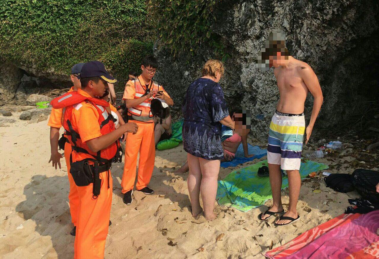 德籍少年(右)與家人來自助台旅遊,因觸摸保育類綠蠵龜而觸法。 圖/海巡署南部分署...