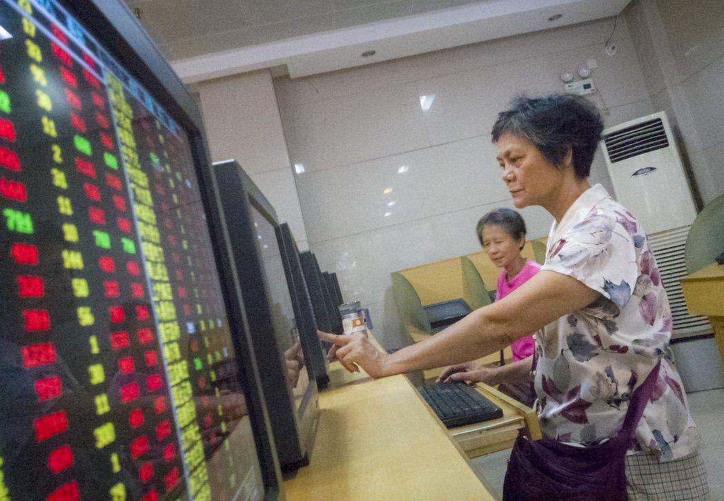 中國大媽一般都掌握家中財政大權,因此券商交易廳不時可見大媽們專注看盤、研究個股行...