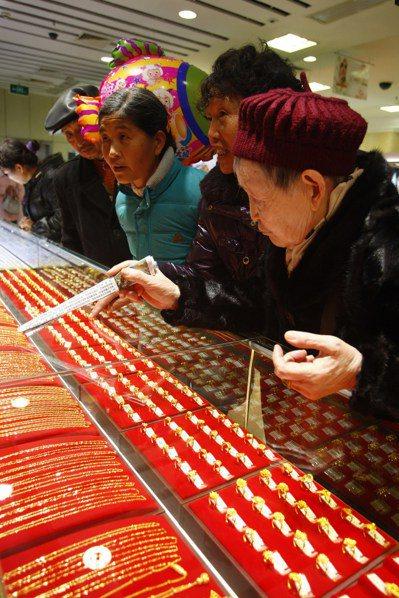 2013年到2014年間中國大媽狂買黃金,引發市場關注。圖為四川遂寧ㄧ家百貨公司...
