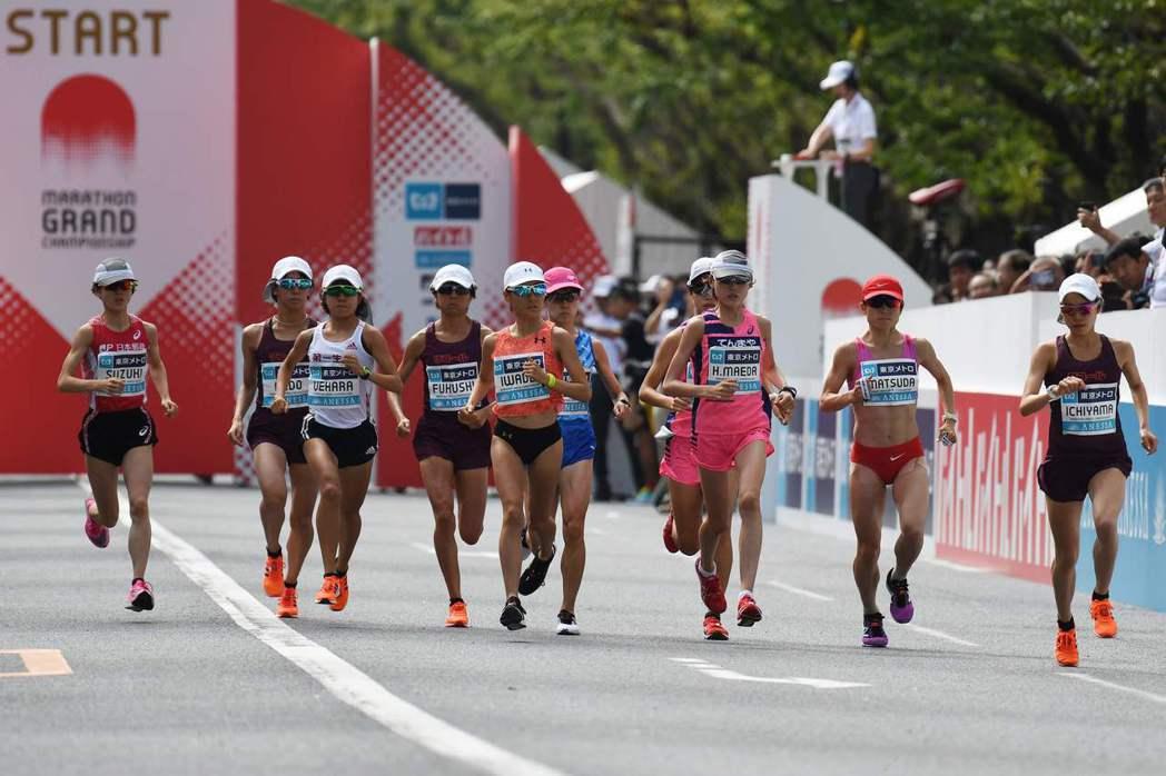 東京奧運馬拉松賽道正以一種冷卻材料重新鋪設,但研究員質疑效果。 (法新社)