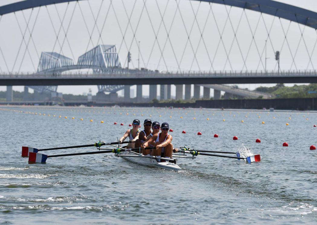 東京奧運的划船測試賽中選手因為高溫需要接受治療。 (法新社)