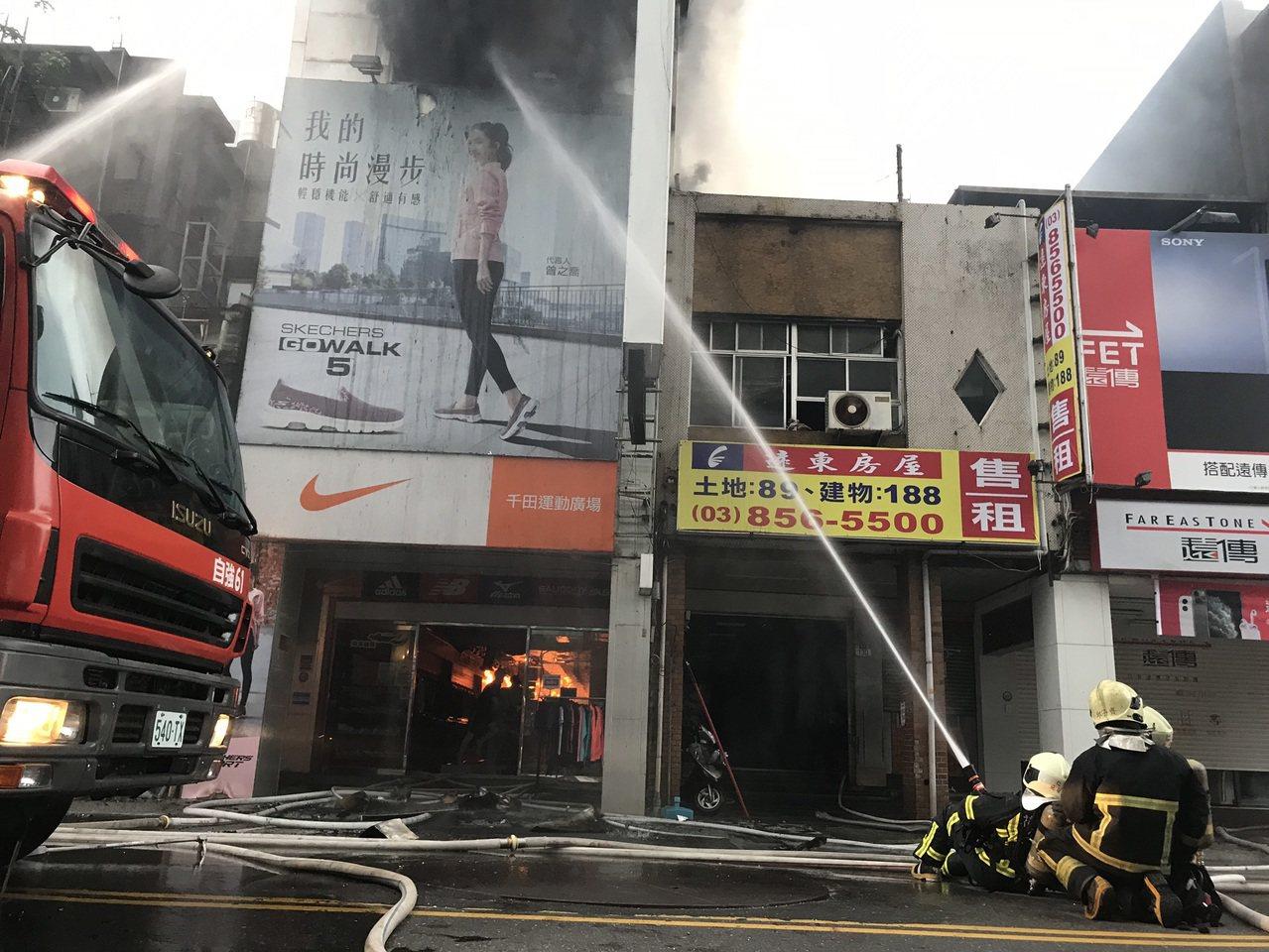 花蓮市區精華商圈的公園路大火,持續延燒,消防人員射水努力灌救。 記者王燕華/攝影