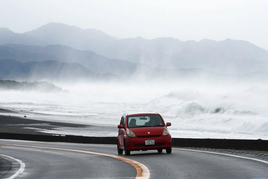 颱風哈吉貝直撲日本,海邊掀起滔天巨浪。 美聯社