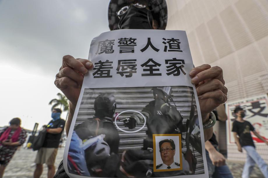 香港學生批評警方早前私自更改守則,放大警方執法權。圖/歐新社