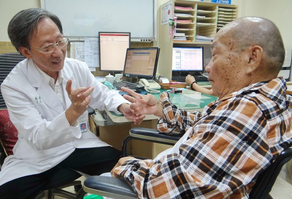 醫生除了態度親切,若能用病人母語問診,老人家會更窩心。圖為第26屆醫療奉獻獎得主...