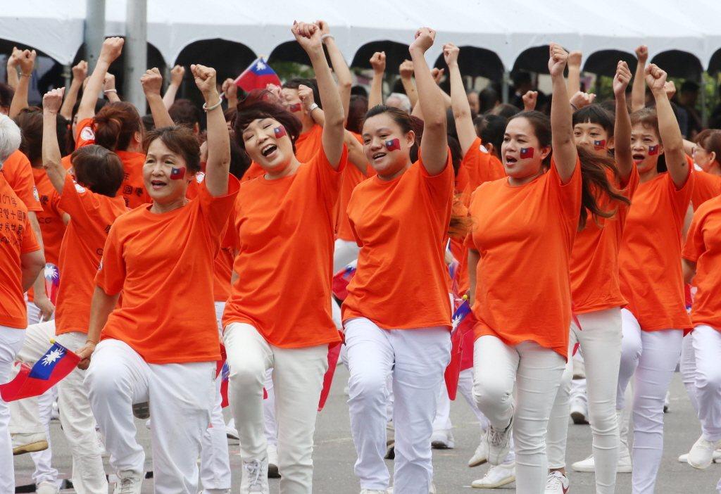回國參加國慶的僑胞在國慶大會上亮相。圖/聯合報系資料照片